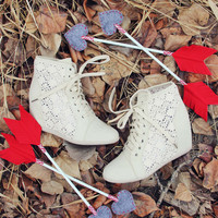 Meadow Lace Booties in Cream