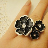silver and black flowers ring by blackblues on Etsy