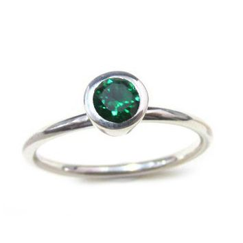 ZilverPassion Stacking Ring Round 4mm Facet Lab Created Emerald in Sterling Silver, May Birthstone (Size 2,3,4,5,6,7,8,9,10,11,12,13,14,15)