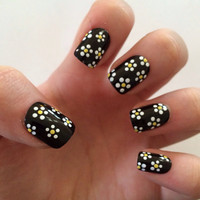 Daisy fake nails, floral nail art, black acrylic nails