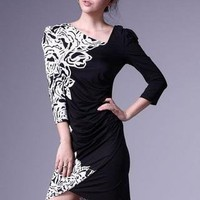 Fitted round neck long-sleeved black and white print dress