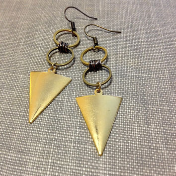 gold triangle and circle earrings // geometric earrings // triangle drop earrings // modern geometric minimal jewelry // arrow earrings