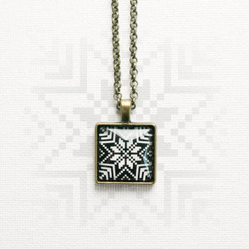Norwegian pendant with chain necklace, black and white, åttebladrose, knitting pattern