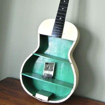 inspirational crafts / hanging on the wall, this would be a great little bookshelf or cd holder