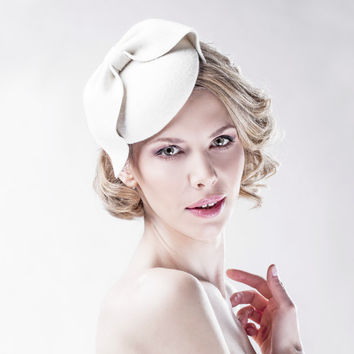 Off White  Fascinator on a Headband - Easy to Wear - Head Piece - Bow Hair Piece - Royal Ascot - All Year Round Hats - Party Accessories