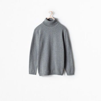 Turtle neck sweater with cuffs