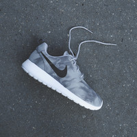 NIKE Roshe Run Print - Wolf Grey - Email Orders