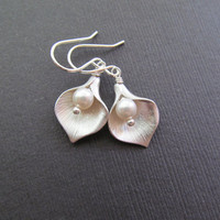 Calla Earrings, Silver Lilly Pearl Earrings, Bridal Party Jewelry, Bridesmaids gift, Maid of Honor, Wedding Jewelry