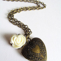 Antique Bronze Heart Locket Necklac.. on Luulla