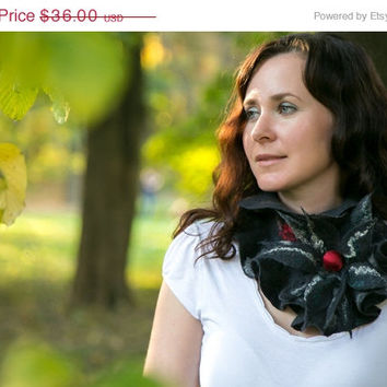 CHRISTMAS SALE 15% OFF Felted ruffle scarf from Merino wool fibres in Black/Red color