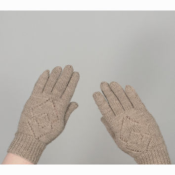 Vintage 70s Winter Gloves / 1970s Hand Knit Wool Gloves / Oatmeal Beige Crochet Gloves with Argyle Pattern / Womens Gloves
