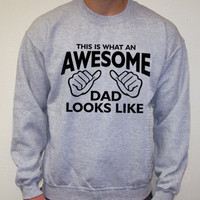 Awesome Dad This is what an daddy looks like Fathers Day Grey Sweatshirt Crewneck 50/50 S, M, L, XL, 2XL Christmas gift
