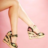 Mahalo Wedge in Hawaiian Flower Print | Pinup Girl Clothing