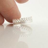 A queen ring. Sterling Silver filigree crown ring. Dainty and feminine ring. Princess jewelry Queen tiara