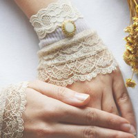 Fine cream lace cuffs bridal gloves wedding