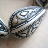 Vintage lucite beads focal carved black white pear teardrop large etched (2)