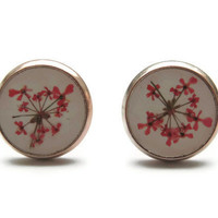 Real flower stud earrings. Red ear stud in resin. Pressed flower jewelry. Gift for her. Botanical jewelry.