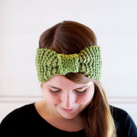 Knit turban bow headband in green. Hand knit in acrylic yarn, vegan friendly.