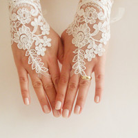 Free Ship, Bridal Glove, ivory, lace gloves, Fingerless Gloves, cuff wedding bride, bridal gloves, ivory,