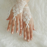 Wedding Gloves, ivory lace gloves, Fingerless Gloves, ivory wedding gown, off cuffs, cuff wedding bride, bridal gloves, Ivory, Free Ship