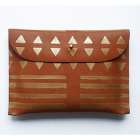 CLUTCH (m) // brown leather with golden print