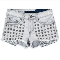 Leopard grain rivet carry buttock denim shorts
