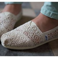 wishlove —plimsolls Hollow hook lace flower canvas shoes