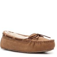 Slip on these blissfully comfy slippers for a relaxing day! The Jr. Trapper moccasin slipper from Minnetonka is plush and stylish for a fashionable and comfy look.