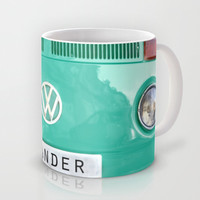 Wander wolkswagen. Summer dreams. Green Mug by Guido Montañés